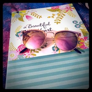 💖NWT Gold Rimmed Betsey Johnson Sunglasses 💖